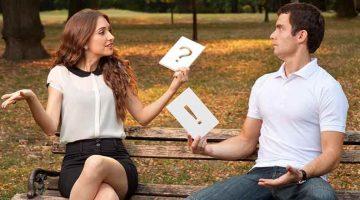 Мужчина и женщина разговаривают сидя на скамейке