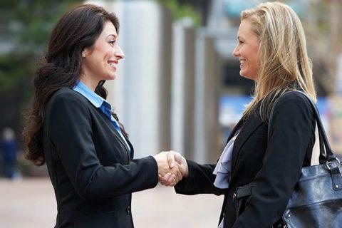 Женщины пожимают друг другу руки