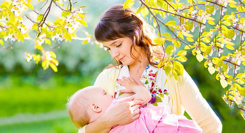 Мама кормит малыша грудью