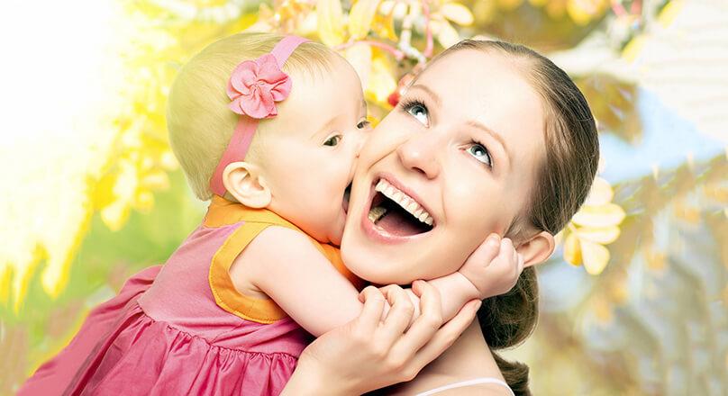 Малышка обнимает маму