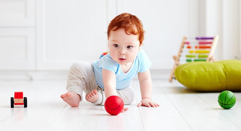 Малыш ползет по полу