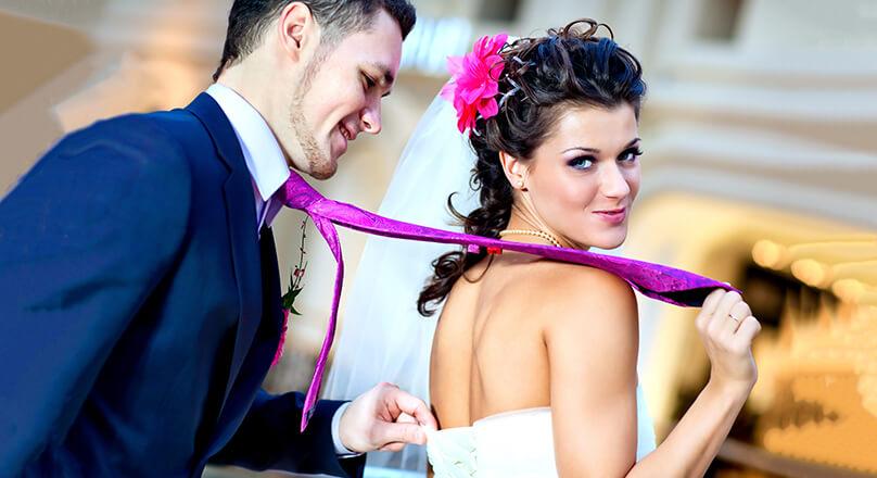 Невеста тянет мужчину за галстук